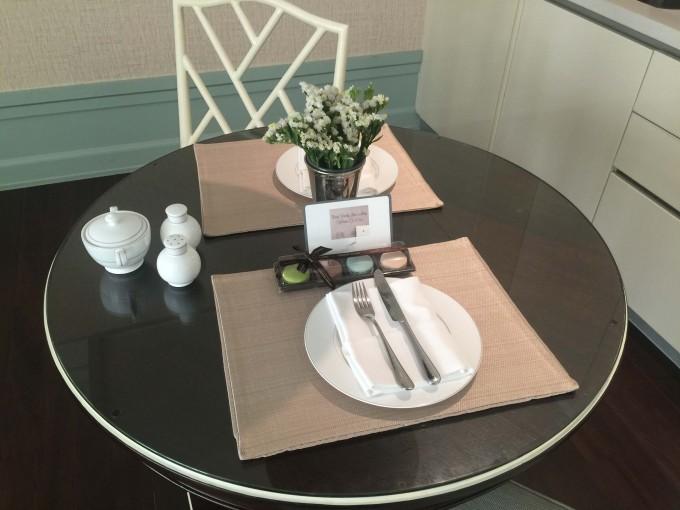 ダイニングテーブルには可愛いお花とマカロンのプレゼントが♪
